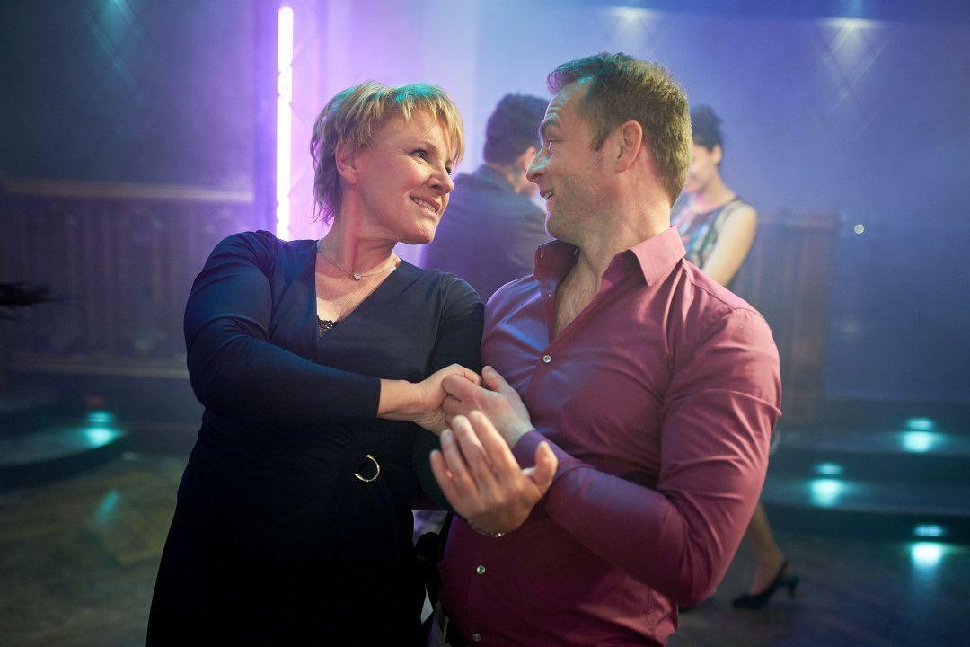 Marie Brand (Mariele Millowitsch) zeigt Jürgen Simmel (Hinnerk Schönemann), wie es geht.