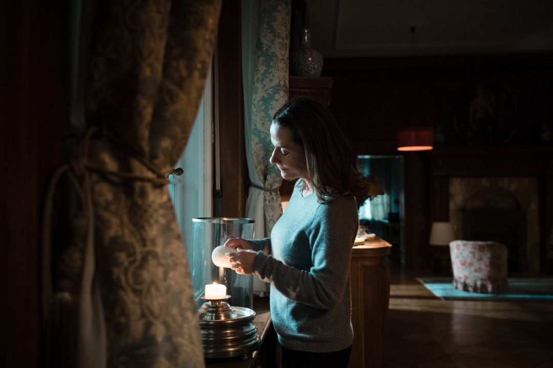 In Gedanken an ihre verschwundene Tochter Isa zündet Sigrid von Gems (Claudia Michelsen) eine Kerze  an.