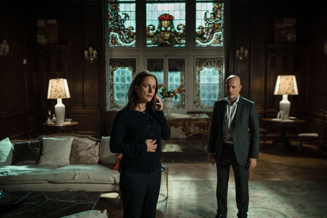 Sigrid von Gems (Claudia Michelsen. l.) und ihr Mann Heinrich (Christian Berkel, r.) können es kaum glauben: Ihre seit zehn Jahren verschwundene Tochter Isa ist wieder da.