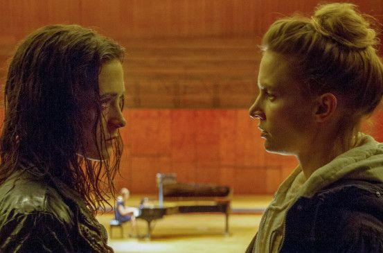 Jessica (Friederike Becht, li.) sucht ihre Schwester Sophie (Frida-Lovisa Hamann, re.) unmittelbar vor deren karriereentscheidendem Vorspielen auf, um ihr eine tragische Neuigkeit zu überbringen.