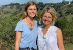 """Die Passagierinnen Julia und Gabi während ihrer Dampfloktour ins """"Tal der 1000 Hügel"""", die sie vom Bergdorf Kloof in Südafrika durch das bergige Hinterland von Durban zum Dorf Inchanga führt."""