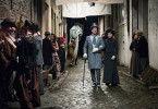 Macheath (Tobias Moretti) und Polly Peachum (Hannah Herzsprung) kommen sich in den Straßen Londons näher.