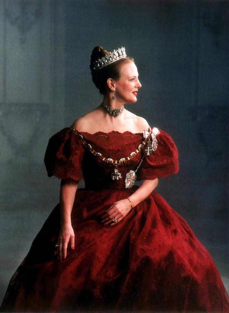 """Margarethe, die erste weibliche Herrscherin seit 600 Jahren, gilt in Dänemark als das Symbol der nationalen Einheit. Sie repräsentiert die lange Geschichte Dänemarks, der ältesten Monarchie Europas und steht zugleich für ein modernes, weltoffenes Oberhaupt der """"ersten Familie"""", das sich viele ihrer Landsleute gerne zum Vorbild nehmen."""