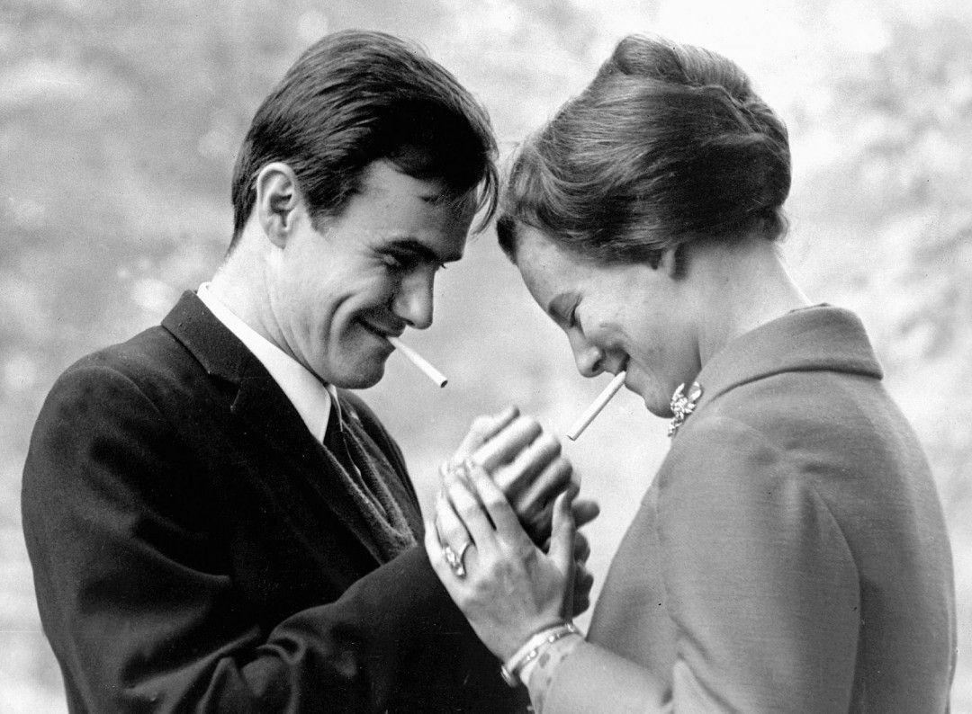 Bei einem Empfang in London lernt Margrethe den französischen Grafen Henri de Laborde de Monpezat kennen und lieben. Sie heiraten 1967. Er: Nicht nur adlig, sondern auch im Beruf erfolgreich. Diplomat mit vielen Karriereoptionen. Schnell wird klar: Henri schwebt mehr vor, als nur ein Leben als Prinzgemahl. Eine Beziehung auf Augenhöhe - mit viel Dramapotenzial.