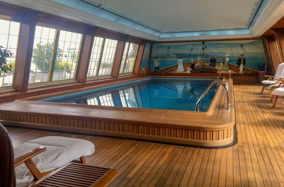Das Schwimmbad im Pariser Hotel Le Bristol wurde in Form eines Segelbootes kreiert und erinnert an die vielen amerikanischen Kreuzfahrttouristen in den 1920er Jahren.