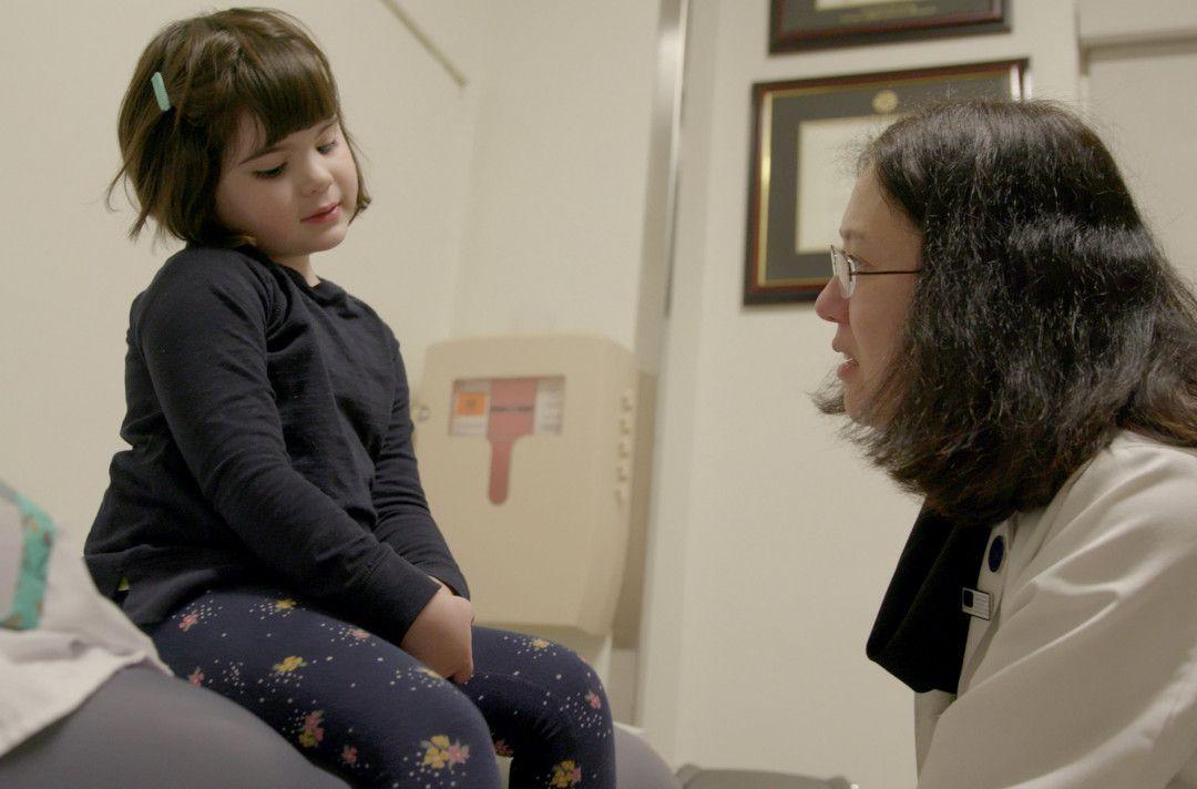 Dr. Wendy Chung (re.) spricht mit ihrer Patientin Susannah (li.) und versucht, eine Heilungsmöglichkeit für das kleine Mädchen zu finden.