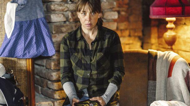 Marie Huber (Catherine Bode) trauert um ihren Vater.