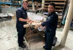 In der Bord-Schreinerei führt Schreinerpraktikant Daniel mit seinem Chef Carlos einen Spezialauftrag aus. Die beiden bauen einen Briefkasten aus Plexiglas für den Kapitän.