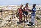 Schatzsuche mit den Passagierinnen Gabi und Julia und Guide Selemane auf Mozambique Island. Vor der Küste sind zur Zeit von dem Seefahrer Vasco da Gama zahlreiche portugiesische und holländische Schiffe gesunken. Mit an Bord waren Gold-Silbermünzen, Perlen, Porzellan und Glasgefaesse, von denen täglich hier kleine Stücke und Scherben an Land gespült werden. Die Einheimischen machen daraus Ketten und verkaufen diese an Touristen. Für eine kleine Schale Perlen (ca. so groß wie ein kleines Glas Wasser) bekommt ein Sammler 1200 der heimischen Währung.