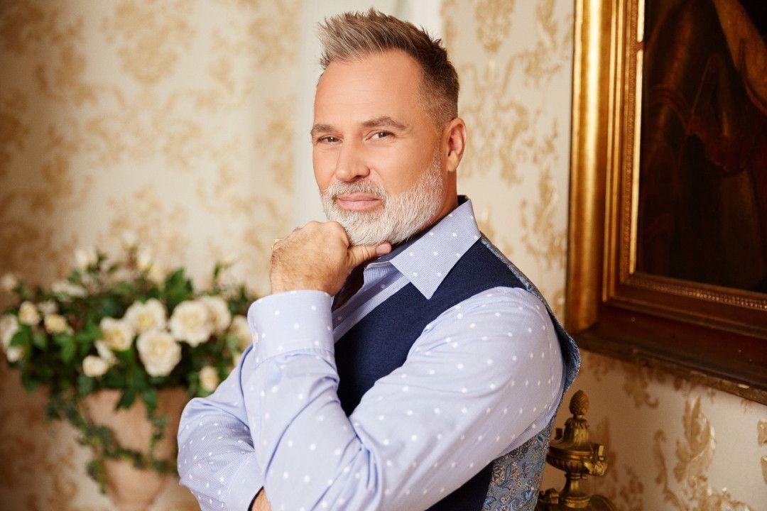 Hochzeitsplaner Froonck kommentiert informativ und humorvoll den schönsten Tag im Leben jeder Kandidatin.