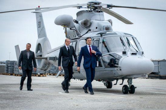 Der russische Präsident Nikolai Zakarin (Alexander Diachenko, r.) und sein Leibwächter Oleg (Yuri Kolokolnikov, M.) treffen auf der Marinebasis in der Kola-Bucht ein.