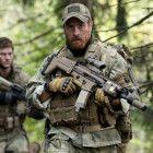 Bill Beaman (Toby Stephens, r.) und sein Team um Matt Johnstone (Ryan McPartlin, l.) bleiben nicht lange unentdeckt.