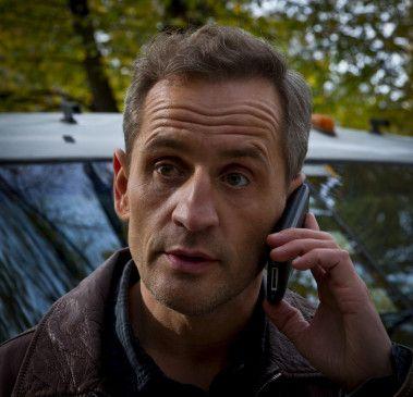 Rouven Decker (Tim Wilde) ist Kronzeugin Eva nach Bayern gefolgt.