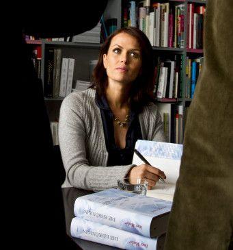 Ines (Melika Foroutan) hat über ihre Arbeit und ihre Erfahrungen in der Zeugenschutzabteilung des BKA ein Buch geschrieben. Sie hat es soeben in einer Lesung vorgestellt.