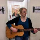 """Von wegen """"stilles Örtchen"""": Steffi, die singende Klofrau aus Hamburg, verzaubert ihre Kunden auf der Kaufhaustoilette mit ihrer Musik."""