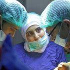 Samaher, OP-Krankenschwester (Mitte) mit Dr. Salim (rechts) und einem weiteren Kollegen.