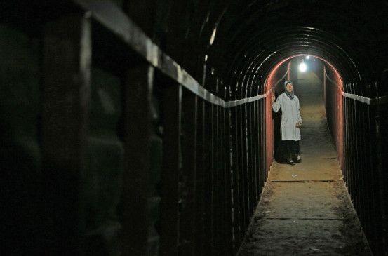 Dr. Amani Ballour in den Gängen der Klinik im Untergrund.