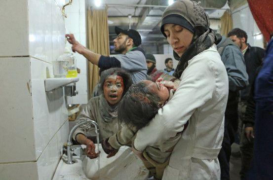 Dr. Amani Ballour im Einsatz nach einer Bombardierung.
