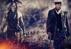 Gemeinsam mit dem kauzigen Komantschen Tonto (Johnny Depp, l.) begibt sich John Reid (Armie Hammer) als maskierter Lone Ranger auf die Suche nach den Mördern seines Bruders...