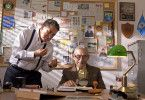 """Der Privatdetektiv Rómulo (re.) soll wegen vermuteter Missbrauchsfälle in einem Altersheim ermitteln. Zu diesem Zweck trainiert er den 83-jährigen Óscar, der als """"Maulwurf"""" einige Monate in dem Heim leben soll. Dort angekommen, fällt es Òscar jedoch zunehmend schwerer seine Rolle als Spion wahrzunehmen, je besser er die Heimbewohner und ihren Alltag kennenlernt."""