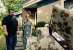 Weiser hat aufgeräumt! Sohn Gerd (Tristan Seith, l.) und Tochter Susanne (Friederike Kempter, r.) finden die ganze Wohnzimmereinrichtung vor dem Elternhaus vor.