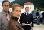 Jonas (Gabriel Raab, li.), Sonja (Chiara Schoras) und Peter Kerschbaumer (Hanspeter Müller-Drossaart) halten Martin Auer für einen Verdächtigen.