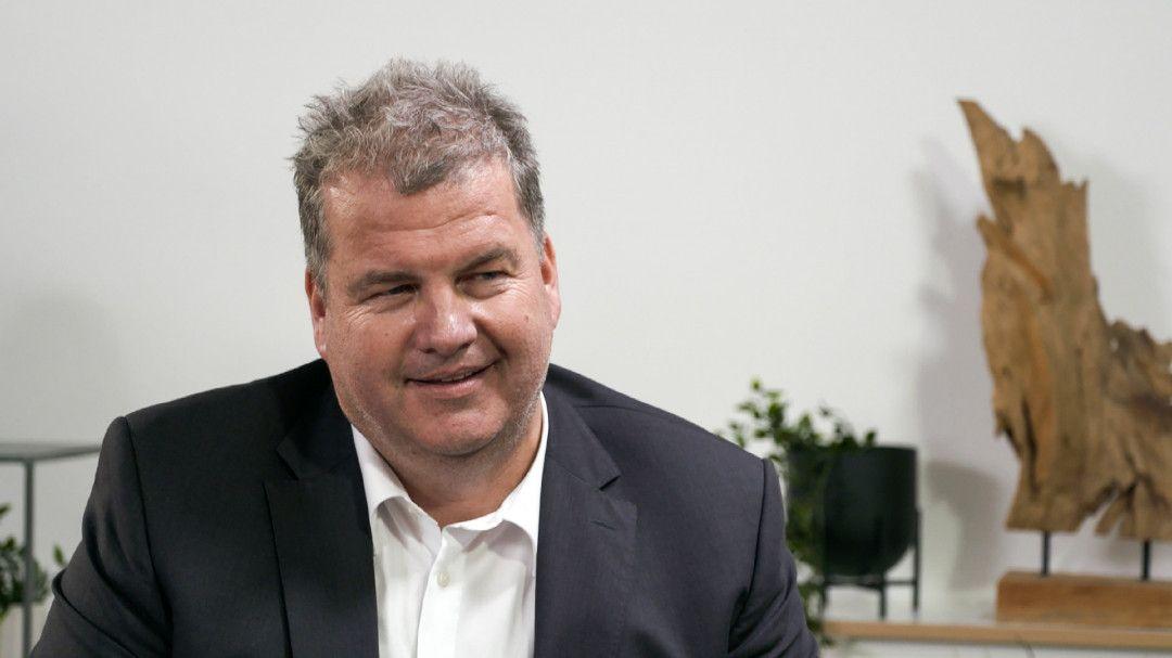 Als Undercover Boss im Einsatz ist Marco Hammer, einer der Geschäftsführer der Bien-Zenker GmbH. Sie zählt zu den größten Fertighausherstellern in Europa und beschäftigt rund 600 Mitarbeiter. Die Verwendung des sendungsbezogenen Materials ist nur mit dem Hinweis und Verlinkung auf TVNOW gestattet.