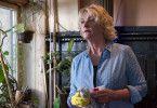 Britta Enders (Saskia Vester) kümmert sich sowohl um die Bar als auch um ihren pflegebedürftigen Ehemann.
