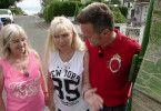 Moni (51) und ihre Schwester Conny (53) haben nicht nur ihre Mutter verloren, sondern zeitgleich ihren Arbeitsplatz in deren Steuerbüro. Den beiden bleibt nur noch der Verkauf ihres Elternhauses. Experte Andreas Bierschock üntestützt die Famile. v.l.: Conny, Moni, Andreas Bierschock