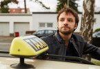 Auch Taxifahrer Björn Fischer (Jonas Minthe) muss hilflos mit ansehen, wie ihm die Fahrer von der Konkurrenz die Kunden abwerben.