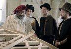 Tycho Brahe (Heiko Pinkowski, li.) begutachtet mit seinen Gehilfen das neu konstruierte Astrolabium.