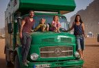 """Für zwei Jahre ist der grüne LKW """"Frosch"""" das Zuhause der Familie Schmitt."""
