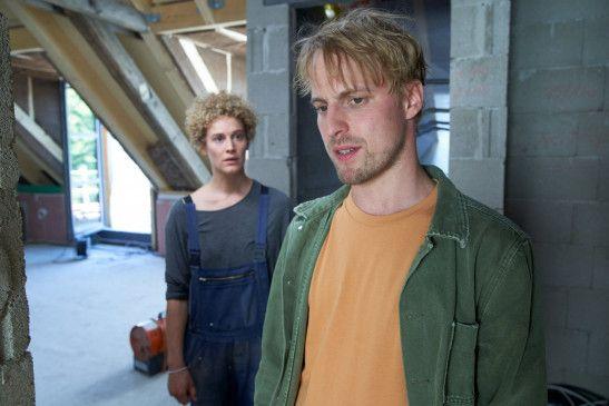 Maja Wahnke (Karen Dahmen) kann es nicht glauben, Daniel Weisach (Christian Erdt) hat für Kai der Polizei gegenüber die Unwahrheit gesagt.