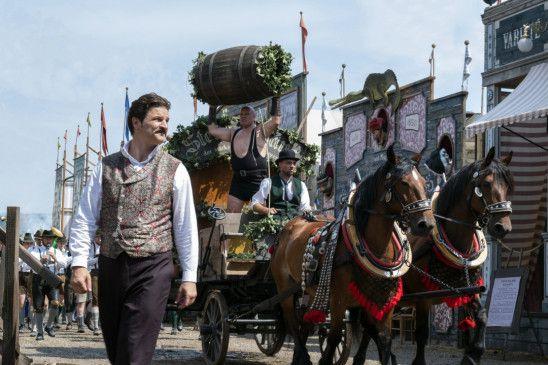Curt Prank (Mišel Matičević) bestaunt den Oktoberfesteinzug vor seiner neuen Bierburg.