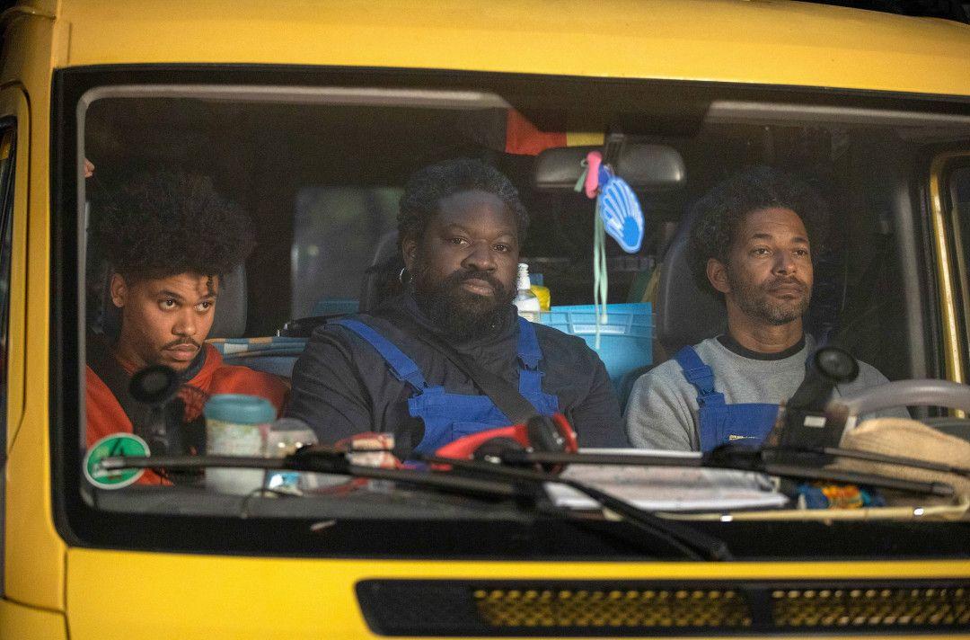 """v.l.: Die """"schwarze Nachtbrigade"""" – Jason (Nyamandi Adrian), Reynaldo (Komi Mizrajim Togbonou) und Ezequiel (Tyron Ricketts) – auf Tour durch die Großstadt"""