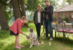 Hildegard (Mariele Millowitsch) und Paul (Christoph Schechinger) beobachten, wie Emma (Martha Haberland) den Kontakt zu Therapiehündin Käthe aufnimmt.