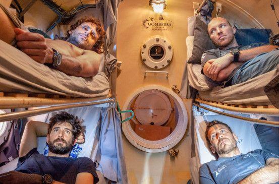 Vier Taucher erleben ein unerhörtes Abenteuer: 28 Tage lang wohnen sie in einer fünf Quadratmeter großen Druckkapsel, um ungehindert die Hundertmeterzone zu erkunden.