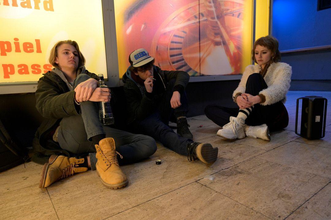 Fabian (Lenius Jung, r.), Jakob (David Ali Rashed, M.) und Mira (Flora Li Thiemann) flüchten sich nach ihrer Tat in Rauschzustände.