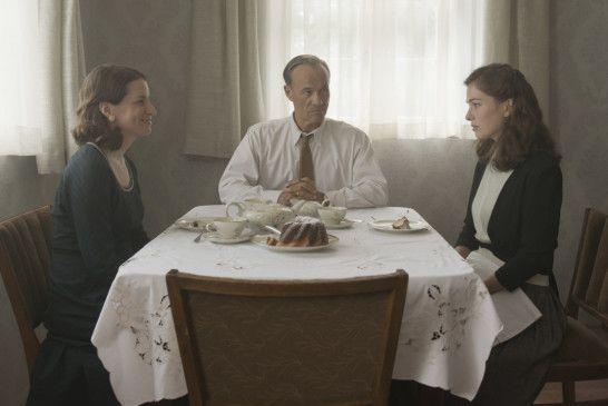 Anna (Henriette Confurius, r.) zu Besuch bei ihrem Vater Georg (Heiner Lauterbach) und dessen zweite Frau Sonja Seegemeier (Stefanie Höner, l.)