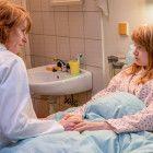 Dr. Sigurd (Corinna Harfouch, li.) zeigt sich ihrer Patientin Kati Glaser (Lena Urzendowsky, re.) gegenüber einfühlsam.