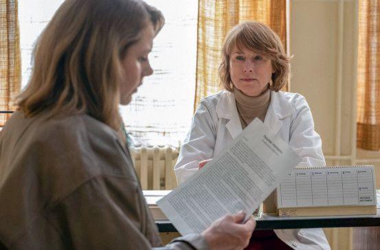 Dr. Sigurd (Corinna Harfouch, re.) klärt Marie Glaser (Felicitas Woll, li.) über die Nebenwirkungen der Medikamente ihrer Tochter auf.