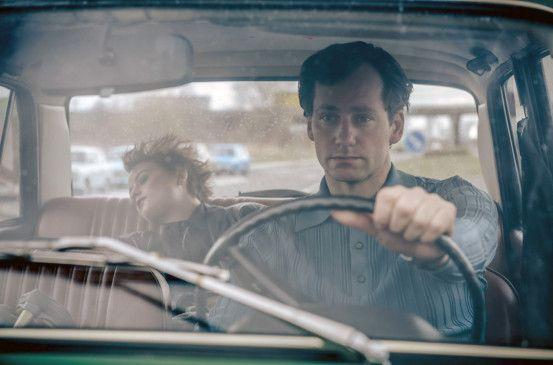 Armin Glaser (Florian Stetter) fährt seine kranke Tochter Kati (Lena Urzendowsky).
