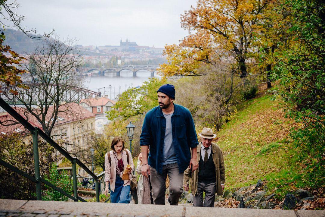 Tomasz (Marco Cindric, M.) zeigt Sophie (Alina Levshin, l.), Marianne (Franziska Walser) und Paul (Rudolf Kowalski, r.) sein Prag.