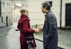 Jana (Pauline Werner) wird von Zankl (Michael Ostrowski) angesprochen. Er bietet ihr Geld an, damit sie die Stadt verlässt.
