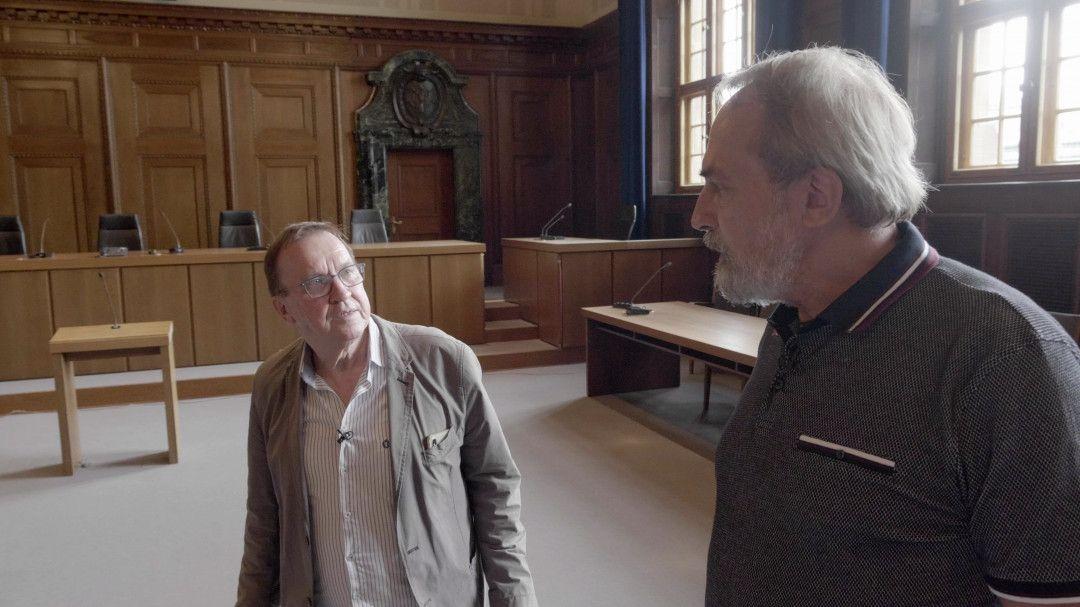 Ulrich Chaussy (links) mit Hoffmann-Prozessbeobachter Hans Peter Buschheuer im Nürnberger Schwurgerichtssaal 600.