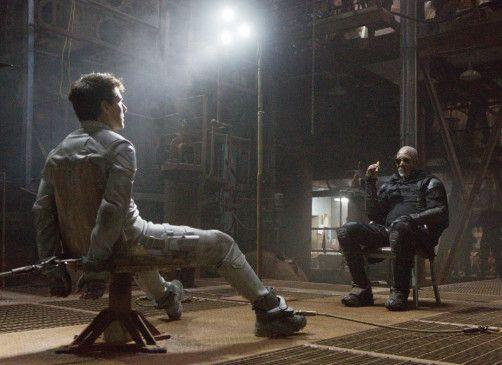 Flugdrohnenmonteur Jack (Tom Cruise, l.) wird bei einem seiner Einsätze auf der zerstörten Erde von Plünderern gefangen genommen und von deren Anführer Beech (Morgan Freeman) gezwungen, eine Kampfdrohne umzuprogrammieren.