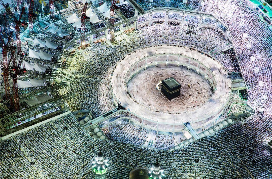 Luftaufnahme der großen Moschee von Mekka mit dem schwarzen Quader der Kaaba während der Pilgerfahrt