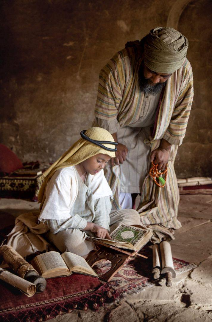 Der junge Muhammad Ibn Abd al-Wahhab beim Studium des Koran mit seinem Lehrer