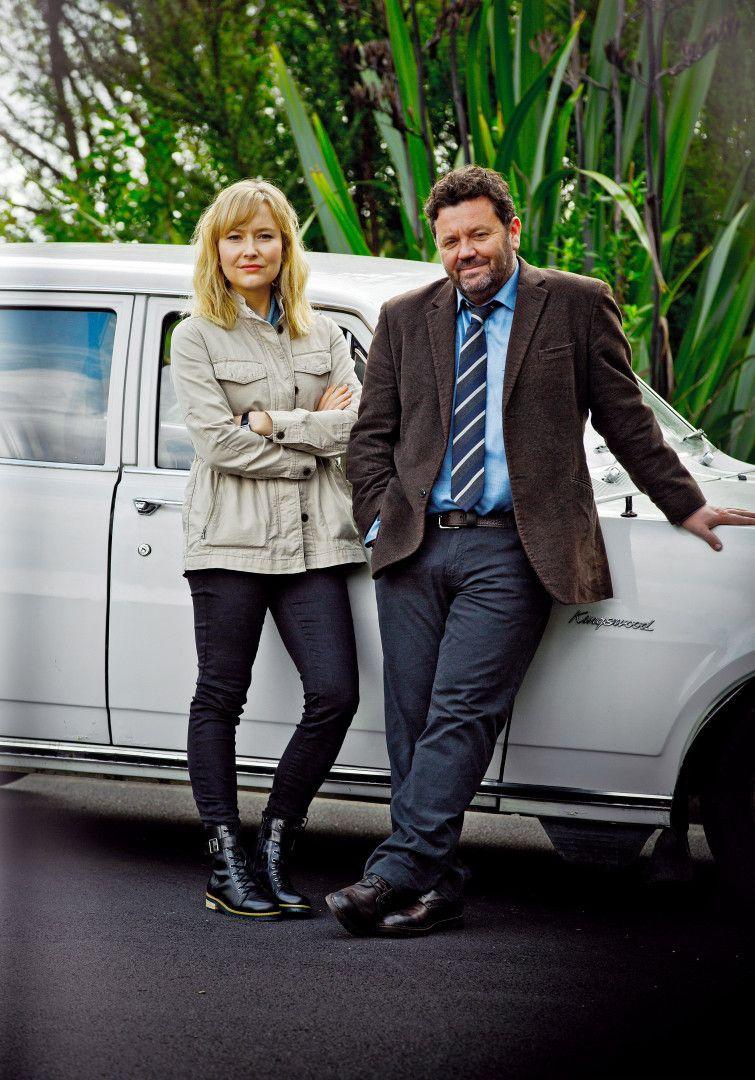 Detective Mike Shepherd (Neill Rea) und seine Assistentin Kristin Sims (Fern Sutherland) ermitteln in den Wäldern von Brokenwood einen fast filmreifen Tod unter gigantischen Spinnennetzen.