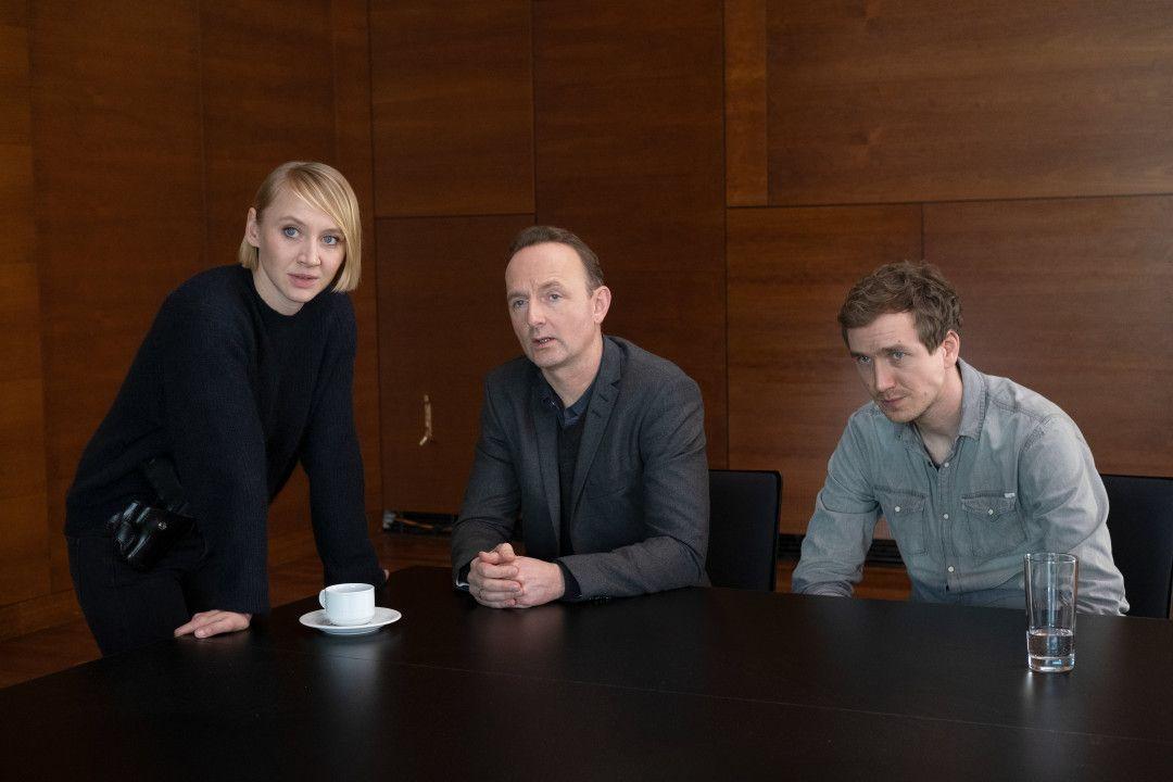 Nora Weiss (Anna Maria Mühe, l.) kommt im LKA an, und der Fall wird noch mal mit den Kollegen Jan Geissler (Peter Jordan, M.) und Simon Brandt (Jan Krauter, r.) aufgearbeitet.